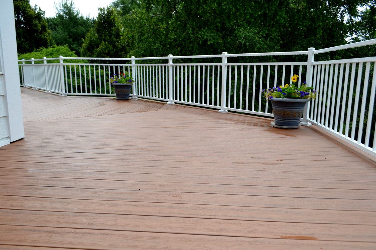 TimberTech Tropical Deck in Antigua Gold with Westbury Alternating Bordeaux Railing in Gloss White